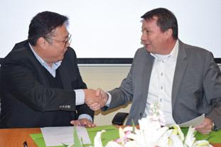 Frimo + Yizumi: Kooperationsvertrag unterzeichnet – Inline-Fertigung von thermoplastischen Bauteilen mit PU-Oberfläche